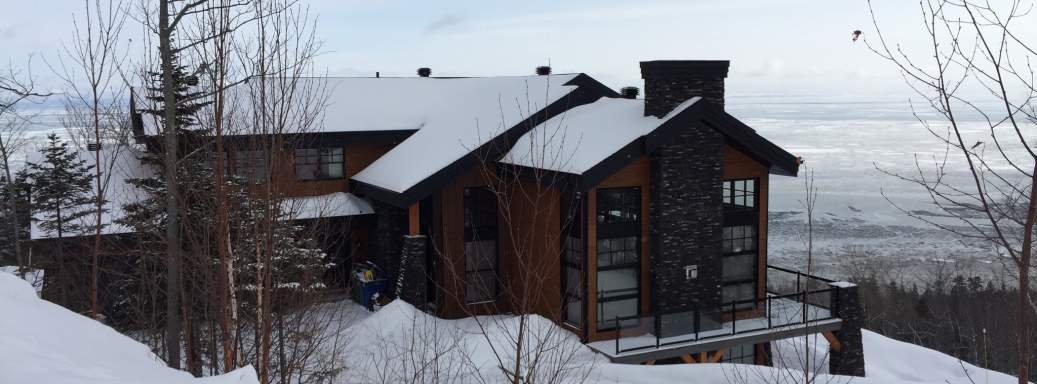 Even in winter, Ilaali cottage is looking after the St-Lawrence and the mountain sceneries of Charlevoix.