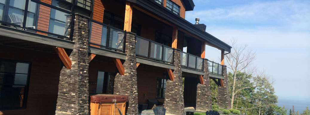 Prestigeous Ilaali chalet near le Massif of Charlevoix, with wood fireplace and SPA on the lower level, standing above the St-Lawrence.