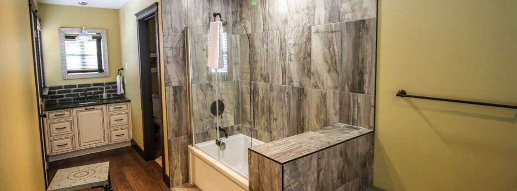 Stand up shower and tub with high quality finish in the prestigious chalet for rent Ilaali, near Le Massif de Charlevoix.