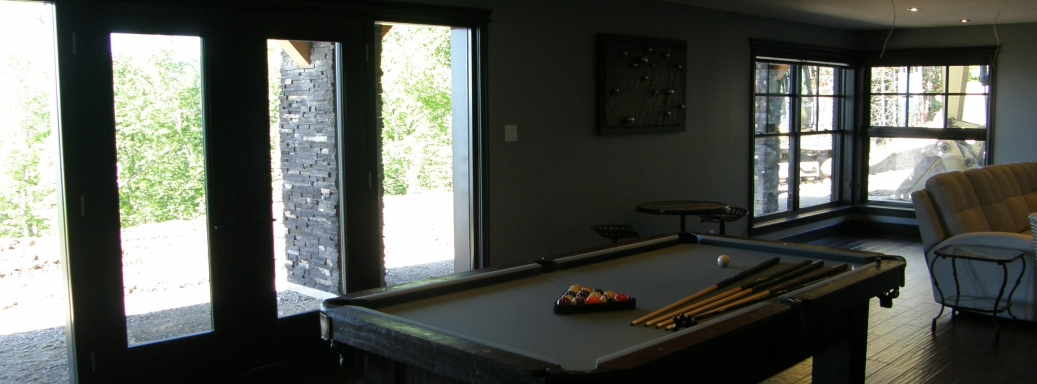 Chalet Ilaali to rent in Charlevoix, with its play games area leading to outside spa.