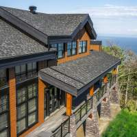 Chalet Ilaali in Charlevoix with covered deck around the house