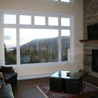 Living-room with fireplace and view of Massif Charlevoix's ski runs