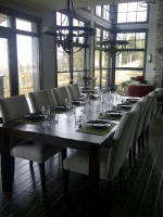 Dining room facing the St-Lawrence River in the the prestige chalet Ilaali of Charlevoix.